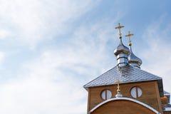 Vieille église en bois sur le fond du ciel bleu, temple chrétien image libre de droits