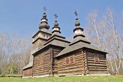 Vieille église en bois sur un champ vert Image stock