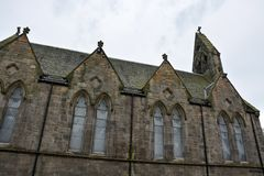 Vieille église en pierre écossaise médiévale avec des nuages Photos stock