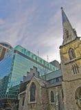 Vieille église en pierre avec l'ajout moderne neuf photographie stock