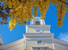 Vieille église et nouvelle bibliothèque Images libres de droits