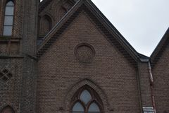 Vieille église néerlandaise dans une petite ville photo libre de droits
