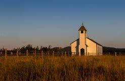 Vieille église occidentale au coucher du soleil Photos libres de droits