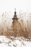 Vieille église orthodoxe en bois derrière un carex sec Image libre de droits