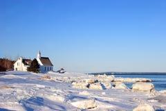 Vieille église près de l'eau Image stock