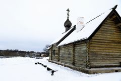Vieille église russe de rondin et vue de la rivière de Volkhov en hiver photos stock