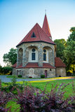 Vieille église rustique au crépuscule à un petit village Image libre de droits