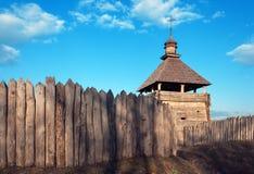 Vieille église rustique du bois et barrière en bois contre la SK bleue Photographie stock libre de droits