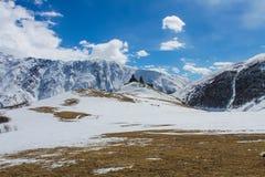 Vieille église sur la vue d'hiver de montagne Images stock