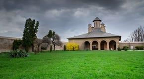 Vieille église sur le palais de Mogosoaia le jour nuageux Images libres de droits