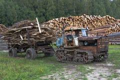 Vieille élimination des déchets du tracteur DT-75 Kazakhstan des scieries Photo libre de droits