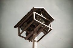 Vieille émission publique de haut-parleurs sur la haute tour Photographie stock libre de droits