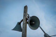 Vieille émission publique de haut-parleurs sur la haute tour Image libre de droits