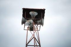 Vieille émission publique de haut-parleurs sur la haute tour Image stock
