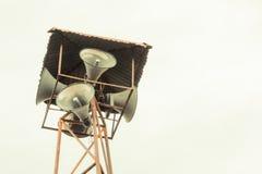 Vieille émission publique de haut-parleurs sur la haute tour Photo stock