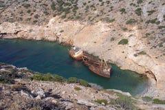 Vieille épave de bateau dans la baie en île d'Amorgos en Grèce Image stock
