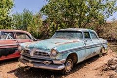 Vieille épave de voiture à l'épicerie générale de Hackberry Photo libre de droits