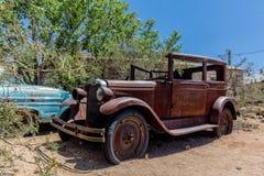 Vieille épave de voiture à l'épicerie générale de Hackberry Photos libres de droits
