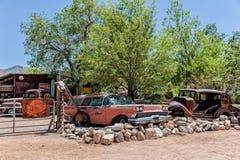 Vieille épave de voiture à l'épicerie générale de Hackberry Photographie stock