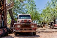 Vieille épave de voiture à l'épicerie générale de Hackberry Photos stock