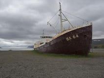 Vieille épave rouillée abandonnée de bateau de bateau de pêche se tenant sur le sable image libre de droits