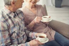 Vieille épouse et mari appréciant la boisson de matin Photographie stock libre de droits