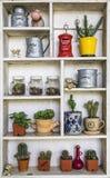 Vieille étagère en bois moderne blanche avec des décorations photographie stock