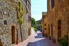 Vieille, étroite et colorée rue à San Gimignano, Italie Image stock