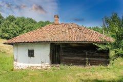 Vieille, abandonnée maison serbe traditionnelle image stock