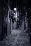 Vieille allée européenne par nuit image libre de droits