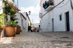 Vieille allée méditerranéenne typique entre de vieilles maisons Image stock