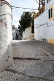 Vieille allée méditerranéenne typique entre de vieilles maisons Image libre de droits