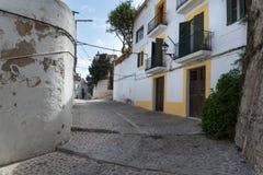 Vieille allée méditerranéenne typique entre de vieilles maisons Photos stock