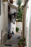 Vieille allée méditerranéenne typique entre de vieilles maisons Photographie stock libre de droits