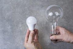 Vieille ampoule électrique avec menée l'écologique l'argent de fixation d'énergie de concept d'ampoule sauvegardent des jeunes de Photographie stock libre de droits