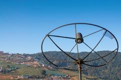 Vieille antenne parabolique en montagne Photo libre de droits