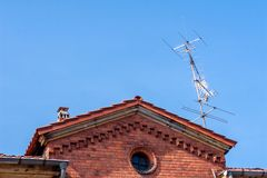Vieille antenne sur un toit photos stock