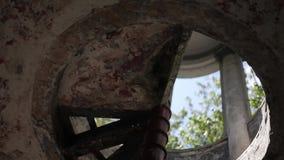 Vieille architecture d'escalier en spirale en métal de cru, cercle, rond, stairwa banque de vidéos