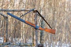 Vieille arme à feu sur la tour de chasse Photos libres de droits