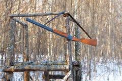 Vieille arme à feu sur la tour de chasse Image libre de droits