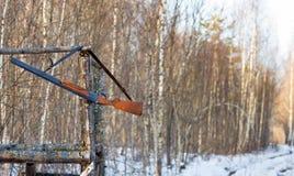 Vieille arme à feu sur la tour de chasse Photographie stock libre de droits