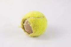 Vieille balle de tennis Photo stock