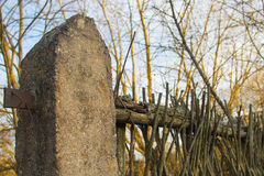 Vieille barrière abandonnée des branches Image stock