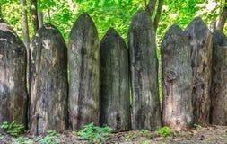 Vieille barrière des identifiez-vous affilés la forêt images stock