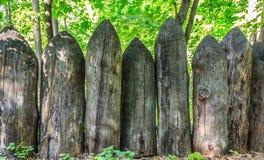 Vieille barrière des identifiez-vous affilés la forêt photo libre de droits