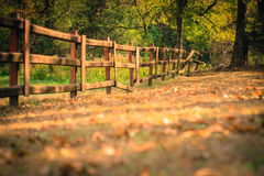 Vieille barrière en automne photo stock