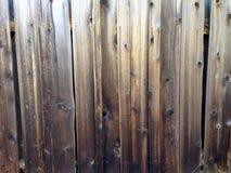 Vieille barrière en bois âgée rustique de conseils en bois approximatifs sales Photos stock