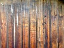 Vieille barrière en bois âgée rustique de conseils en bois approximatifs sales Photo stock