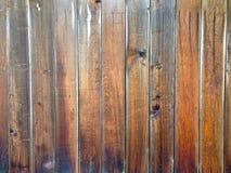 Vieille barrière en bois âgée rustique de conseils en bois approximatifs sales Photo libre de droits
