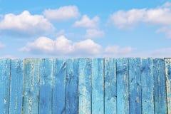 Vieille barrière en bois contre le ciel nuageux bleu Photo libre de droits